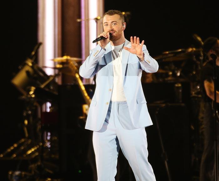 영국 가수 샘 스미스가 9일 오후 서울 고척스카이돔에서 열린 첫 내한 공연에서 노래하고 있다.
