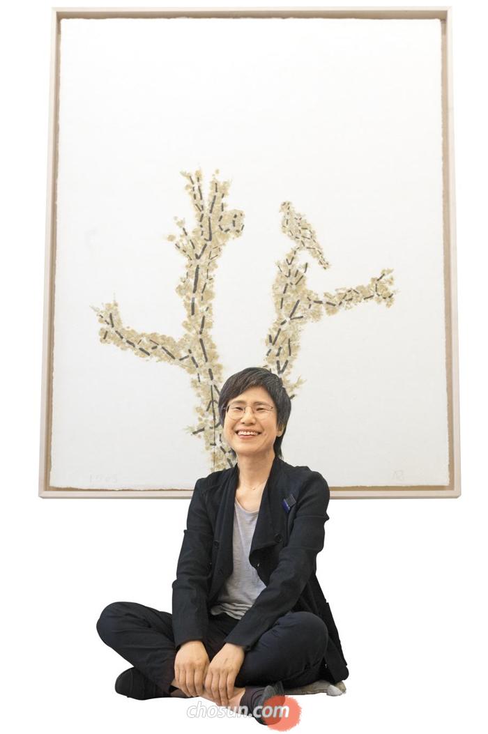 '별난 이야기―1703' 앞의 김성희 교수. 15일 '작가와의 대화' 시간을 마련한다.