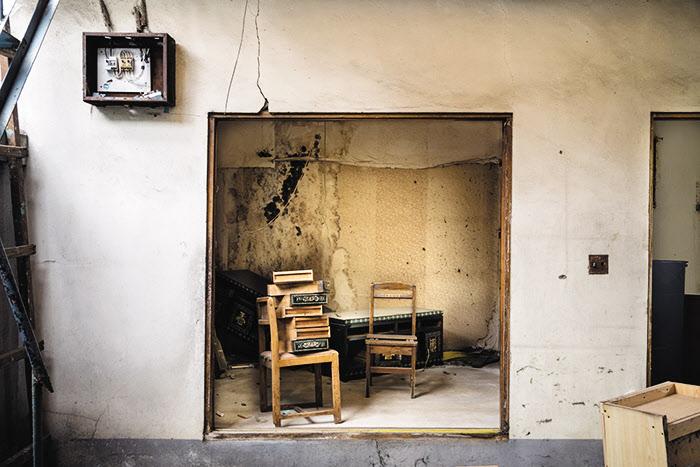 사진가 박기호의 '통일로'. 재건축과 재개발을 소재로 집의 의미를 묻는 일련의 사진은 한지에 인쇄돼 과거에 대한 아련한 감정을 강화한다.