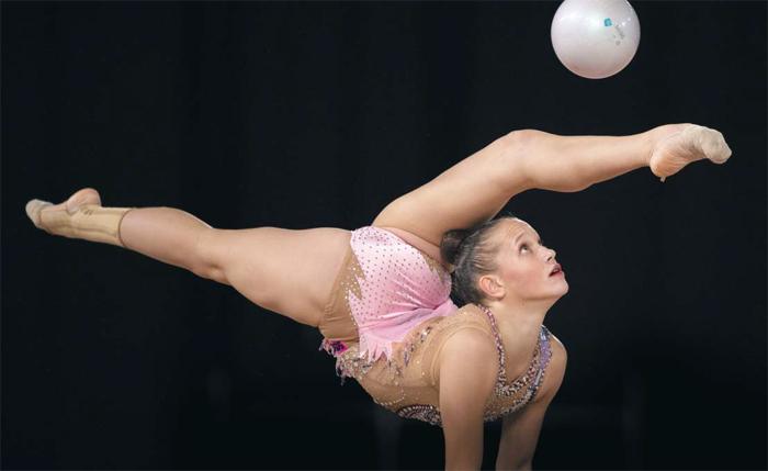 불가리아의 타티야나 볼로자니나가 10일 아르헨티나 부에노스아이레스에서 열린 하계 유스올림픽 리듬체조 예선 두 번째 경기에 출전해 볼 연기를 하는 모습.
