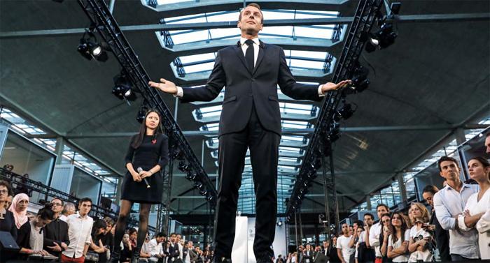 프랑스 에마뉘엘 마크롱(가운데) 대통령이 9일(현지 시각) 프랑스 파리의 스타트업(창업초기기업) 캠퍼스인 '스타시옹 에프(Station-F)'를 방문해 연설하고 있다.