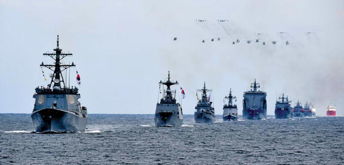 지난 9일 제주 앞바다에서 열린 '2018 대한민국 해군 국제관함식' 해상 사열 리허설에 율곡이이함(왼쪽부터), 대조영함, 광개토대왕함 등 한국 함정들이 참여하고 있다.
