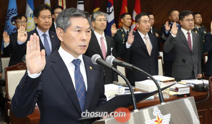 정경두 국방부 장관이 10일 서울 용산구 국방부 청사에서 열린 국회 국방위원회 국정감사에 출석해 증인 선서를 하고 있다.