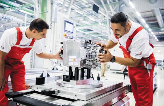 1만명 일하는 아우디 전기차 엔진 공장 - 지난 7월 헝가리 북서부 죄르에 위치한 아우디 엔진 공장에서 작업자들이 전기차 엔진을 조립하고 있다. 아우디는 이 공장에서 1만명이 넘는 직원을 고용하고 있다.