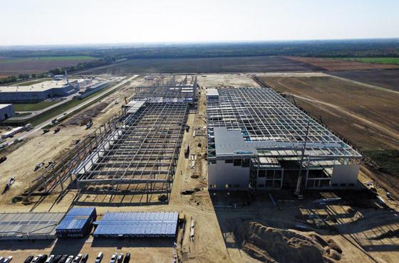 1000명 일할 SK 배터리 공장 - SK이노베이션이 헝가리 코마롬시 인근에 짓고 있는 전기차 배터리 1공장 건설 현장. 내년 말 완공되면 1000명을 고용해 연간 12만5000대분의 전기차 배터리를 생산한다.