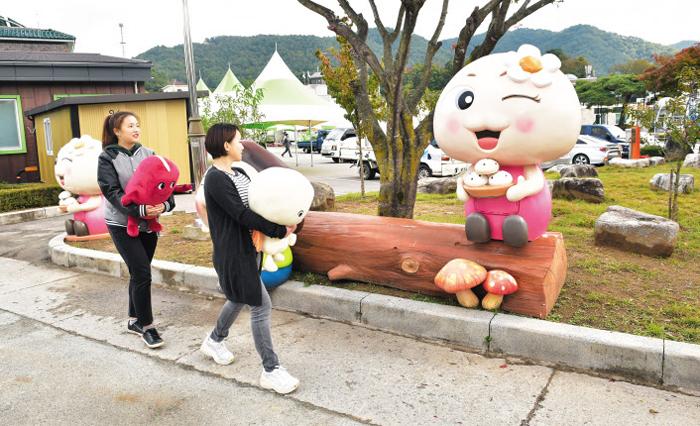 강원 횡성군 안흥면사무소 공원에 설치된 빵양 동상이 찐빵 접시를 들고 관광객을 맞고 있다.