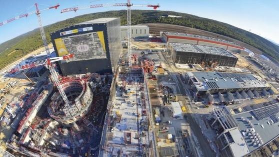 하늘에서 바라본 ITER 건설 현장. 왼쪽 둥근 모양의 구조물이 토카막 장치가 들어가는 토카막 콤플렉스다. /ITER 제공.