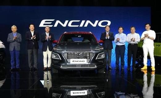 지난 4월 중국에서 열린 현대차 엔씨노 신차 출시행사에서 정의선 현대차 부회장(왼쪽에서 세번째)을 비롯한 회사 관계자들이 기념촬영하고 있다./현대차 제공