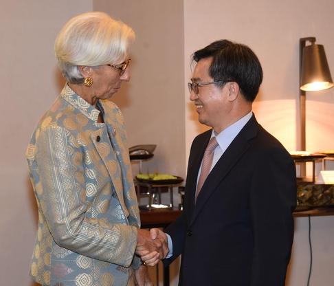IMF/WB 연차총회 참석을 위해 인도네시아 발리를 방문 중인 김동연 부총리가 13일(현지시각) 웨스틴호텔에서 크리스틴 라가르드 IMF 총재와 면담에 앞서 악수를 나누고 있다. /기획재정부 제공
