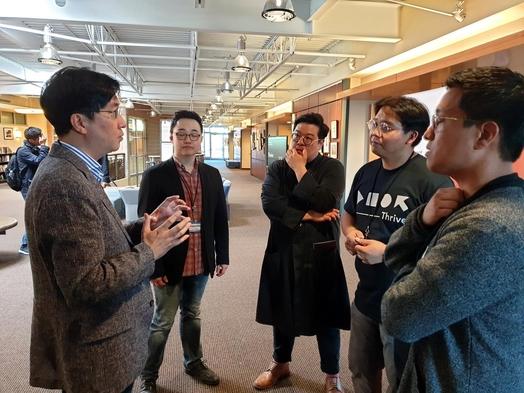 김윤 SK텔레콤 센터장(왼쪽 1번째)이 13일(현지시각) 미국 시애틀에서 열린 창발 컨퍼런스에 참가해 AI 전문가들의 질문에 직접 답하고 있다. /SK텔레콤 제공