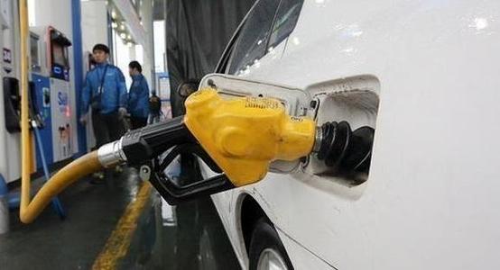 수도권의 한 주유소에서 고객이 차에 기름을 넣고 있다. /주완중 기자
