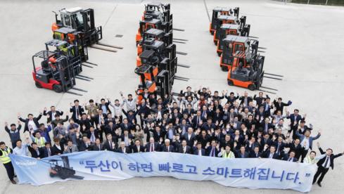 최근 경기도 평택 두산로지피아 오픈 기념행사에 참석한 ㈜두산 임직원들이 기념촬영을 하고 있다./㈜두산 제공