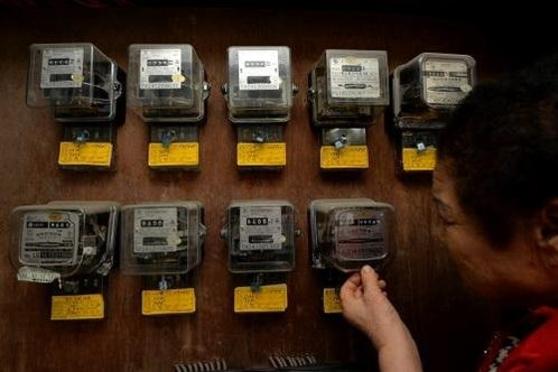 대전의 한 다세대주택에서 시민이 전기 계량기를 살펴보고 있다./조선일보DB