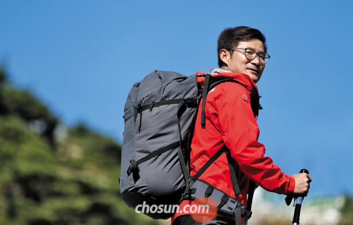 """김창호 대장은 늘 도전을 두려워하지 않은 산악인이자 개척자였다. 한국인 최초로 히말라야 8000m 이상 14좌를 인공 산소 없이 등정했다. 그는 이번 원정에 앞서 """"아무도 가본 적 없는 '코리안 웨이(Korean way)'를 개척하겠다""""고 말했다. 김창호 대장이 지난해 11월 서울 인왕산에 오를 당시 모습."""