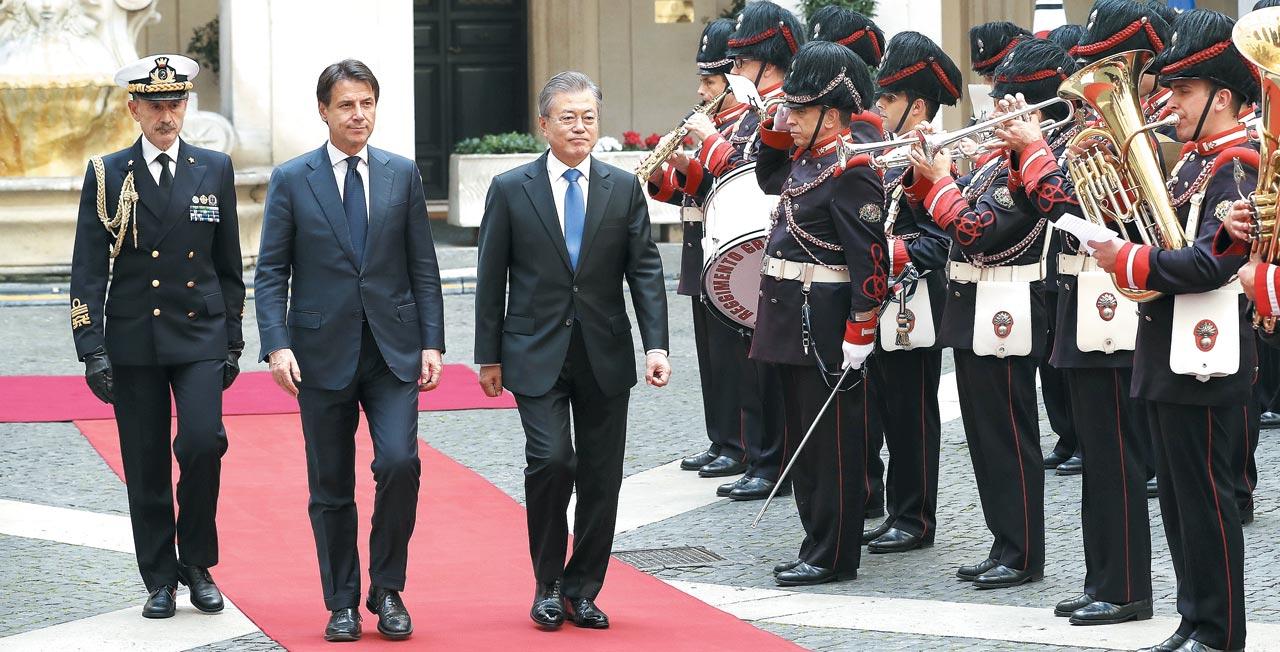 이탈리아를 공식 방문 중인 문재인 대통령이 17일(현지 시각) 로마의 총리궁에 도착해 주세페 콘테 이탈리아 총리와 의장대를 사열하고 있다.