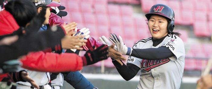 서울 후라 선수들이 점수를 올리자 환호하는 모습이다.