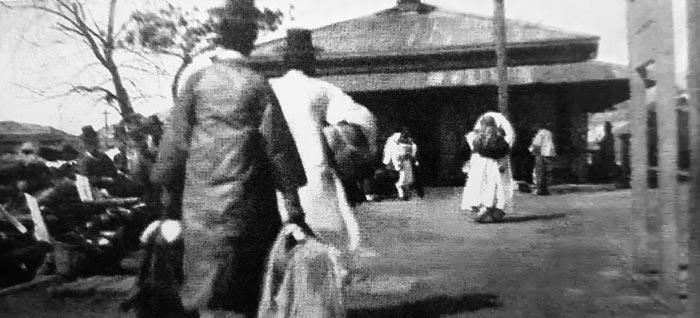 1906년 기차를 타기 위해 서대문역으로 가는 사람들.