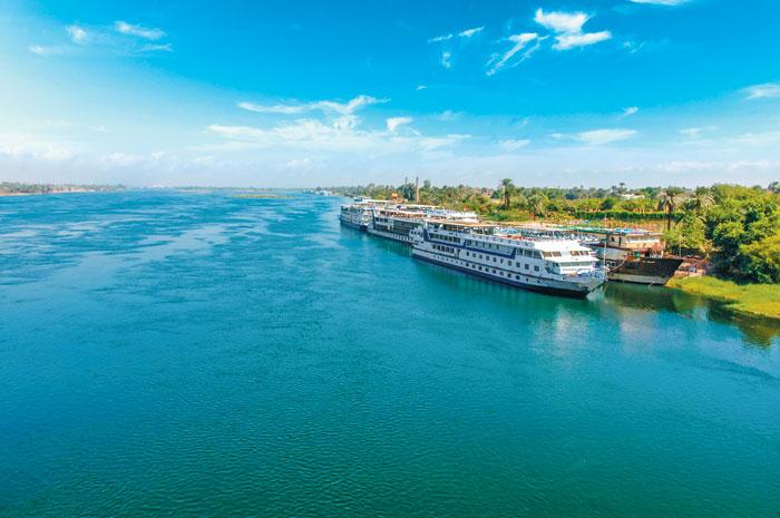 나일강변의 크루즈선 . 이집트의 유적지들은 나일강을 따라 이어져 있어 크루즈를 타고 이동하는 것이 효율적이다.