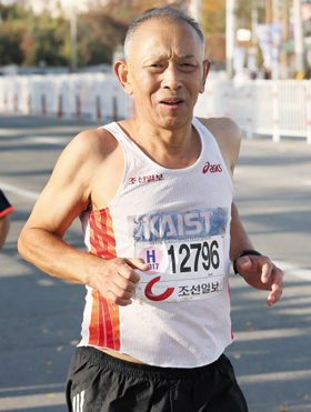 문송천 카이스트 명예교수는 '1m10원' 캠페인으로 기부 마라톤을 꾸준히 실천해 왔다. 사진은 작년 춘천 마라톤에 참가한 문 교수의 모습.
