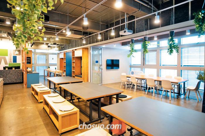 지난 9월 페이스북이 투자한 스타트업 인큐베이팅 공간 남산 랩 코리아가 개소했다. 4층에는 공동으로 이용할 수 있는 커뮤니티 공간이 있다.