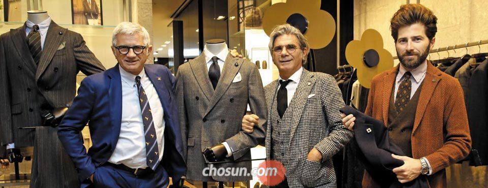 서울 신세계백화점 강남점 라르디니 매장에서 의상을 보여주는 안드레아 라르디니(맨 왼쪽)와 루이지 라르디니, 알레시오 라르디니.