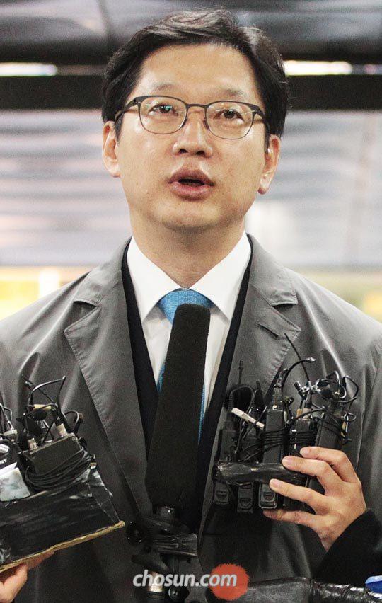 29일 오전 김경수 경남지사가 서울중앙지법에 도착해 취재진의 질문에 답하고 있다.