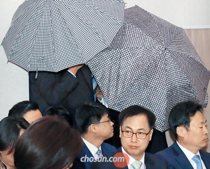 서울 강서구 주차장 살인사건 피해자의 둘째 딸(우산 뒤)이 30일 국회에서 열린 국회 여성가족위 국정감사에 참석하고 있다.