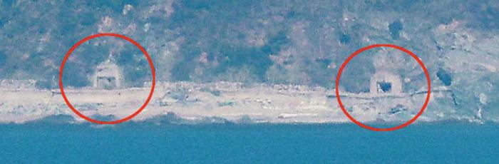 '9·19 남북 군사합의' 이행 첫날인 1일 인천 옹진군 연평도에서 바라본 북한 개머리 지역의 해안포 진지. 왼쪽은 닫혀 있지만 오른쪽은 열려 있다.