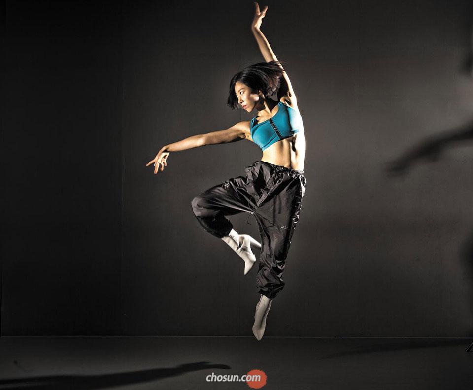 """""""저한테 춤의 의미요? 희로애락. 춤 때문에 괴롭고, 춤 때문에 즐거워요. 춤춰서 몸이 힘들다가 또 춤추면 스트레스 풀리고."""" 리아킴이 솟구쳤다. 그를 감싼 공기가 달라졌다. 신발 마니아인 그는 종종 하이힐을 신고 춤춘다. /이신영 영상미디어 기자"""
