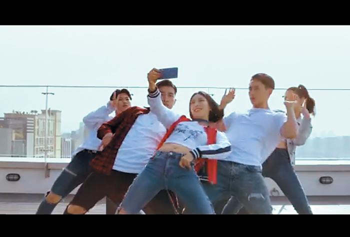 지난해 리아킴(가운데)이 출연한 삼성 갤럭시 8 광고. /원밀리언 댄스 스튜디오 제공