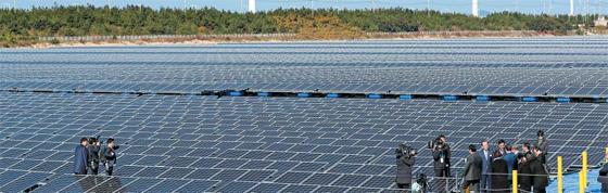 문재인 대통령이 지난달 30일 오전 전북 군산 유수지 내 새만금 수상태양광 발전소를 둘러보고 있다. 이날 정부는 예산 5690억원과 민간자본 10조원을 투자해 새만금에 원전 4기 용량 태양광·풍력발전단지를 만들겠다는 계획을 발표했다.
