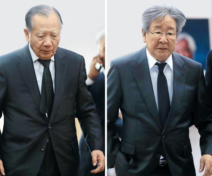 김동호(왼쪽) 전 부산국제영화제 이사장과 배우 최불암(오른쪽)이 4일 신성일 빈소에 조문하러 들어오고 있다.