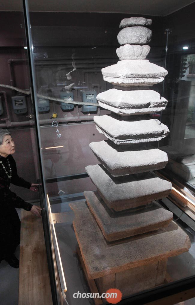 서울 양재동의 한 건물 1층에 있는 선봉사지 칠층 석탑을 소장자인 장병혜(장택상 전 총리의 딸)씨가 바라보고 있다.