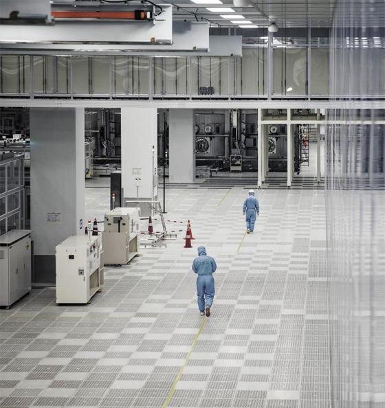 중국 충칭에 있는 국영 디스플레이 기업 BOE 공장에서 안전복을 착용한 근로자들이 자동화 설비를 향해 걸어가고 있다. BOE는 지난해 LCD 시장에서 1위에 올랐다.