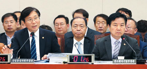 Hong Jong Hak (right) The Minister of Small and Medium-sized Enterprises, who attended the meeting of the Commission for Small and Medium-sized Enterprises in the National Assembly on June 6, is waiting for a response. The Ministry of Finance and Economy announced a plan to introduce a common system of sharing benefits for large and medium-sized enterprises along with the Democratic Party and the ruling party. The ruling party plans to deal with the law during an ordinary session of the National Assembly and enter the first half of next year.