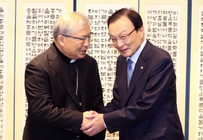 천주교 서울대교구장인 염수정(왼쪽) 추기경이 6일 서울 명동성당에서 이해찬 더불어민주당 대표의 예방을 받고 악수를 하고 있다.