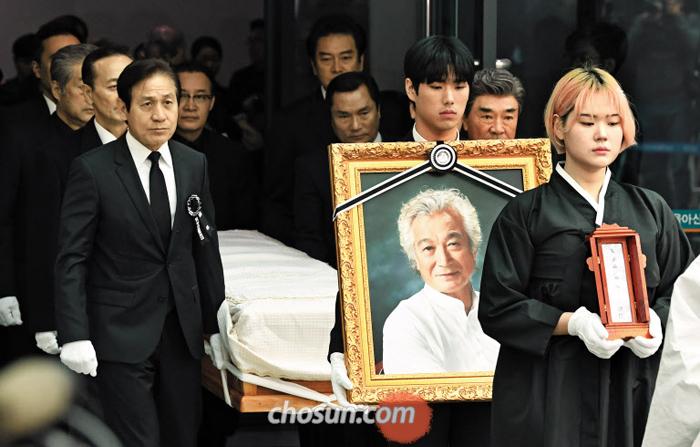 6일 오전 서울아산병원에서 유족과 안성기·이덕화씨 등 동료 배우들이 참석한 가운데 고(故) 신성일씨 발인이 엄수됐다.