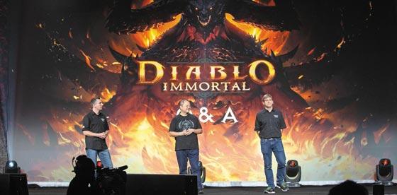 미국 게임 업체 블리자드 관계자들이 지난 2일 미국 애너하임 컨벤션센터에서 열린 게임박람회'블리즈컨 2018'에서 신작 모바일 게임'디아블로 이모털'을 소개하고 있다.