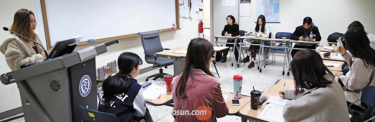 7일 오전 서울 서대문구 연세대학교 한국어학당 수업에서 베트남 학생 트라티 아이 반(28·맨 왼쪽)씨가 한복을 주제로 발표하고 있다.