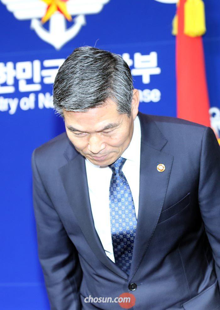 계엄군 민간인 성폭행 사과… 고개 숙인 국방장관
