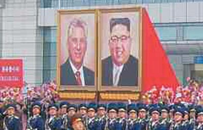 6일 북한 평양 순안공항에서 열린 미겔 디아스카넬 쿠바 국가평의회 의장 귀국 환송 행사에 김정은 북한 국무위원장과 디아스카넬 의장의 대형 초상화가 나란히 걸려 있다.