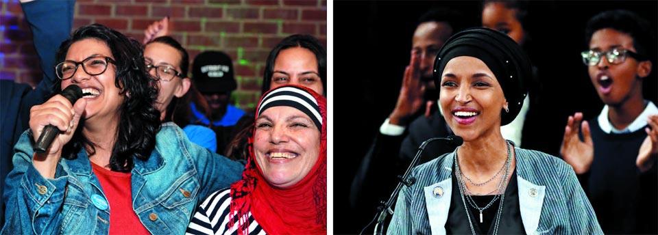 6일(현지 시각) 실시된 미 중간선거에서 미시간주 13선거구 연방 하원 의원으로 당선된 팔레스타인 이민자 출신 민주당 라시다 틀레입(42·왼쪽)이 어머니 어깨에 팔을 얹고 활짝 웃고 있다.