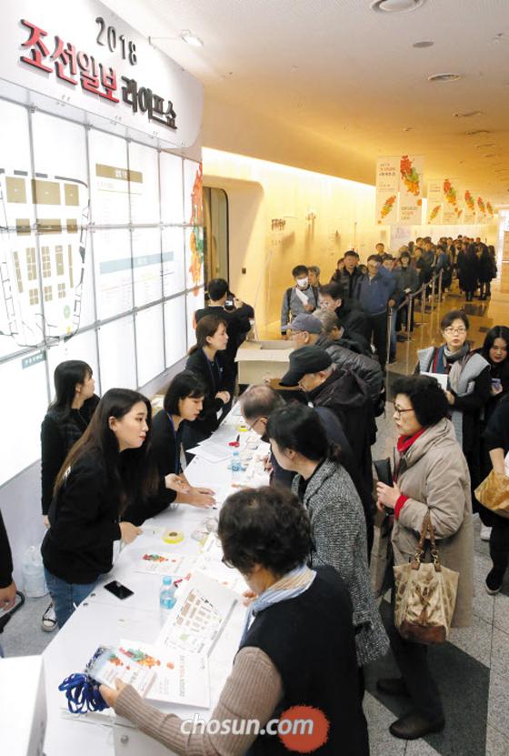 라이프쇼 보러 왔어요, DDP에 몰린 5000명 - '2018 조선일보 라이프 쇼'가 개막한 8일 서울 동대문디자인플라자(DDP)에서 전시장 입장을 앞둔 관람객들이 길게 줄을 서 있다. 비가 내리는 궂은 날씨였지만 이날 하루 5000여명이 전시장을 찾아 유통·인테리어·관광·키즈·실버·웰빙·반려동물 등 라이프스타일의 최전선을 체험했다. 라이프 쇼는 11일까지 오전 10시부터 오후 6시까지 진행된다. 이나가키 에미코 전 일본 아사히신문 기자의'퇴사 혹은 자유: 다시 세우는 나의 삶'특강 등 전문가 3명의 릴레이 강연에선 250석 강연장이 매진됐다.