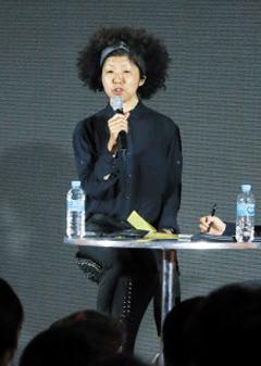 이나가키 에미코 전 일본 아사히신문 기자가 '2018 조선일보 라이프 쇼' 첫날인 8일 '퇴사 혹은 자유: 다시 세우는 나의 삶'을 주제로 강연하고 있다.