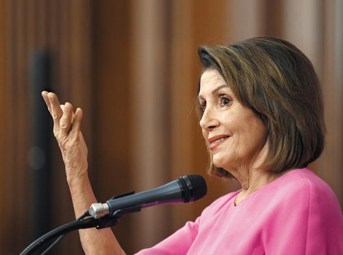 """낸시 펠로시 미국 민주당 하원 원내대표가 7일(현지 시각) 워싱턴 의사당에서 기자회견을 하고 있다. 그는 """"분열된 국가 통합을 위해 힘쓰겠다""""고 말했다. 펠로시는 이날 2007~2010년에 이어 또 차기 하원 의장직에 도전하겠다고 밝혔다."""