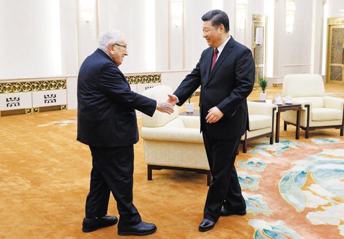 시진핑(오른쪽) 중국 국가주석이 8일 헨리 키신저 전 미 국무장관을 베이징 인민대회당에서 접견하고 있다.