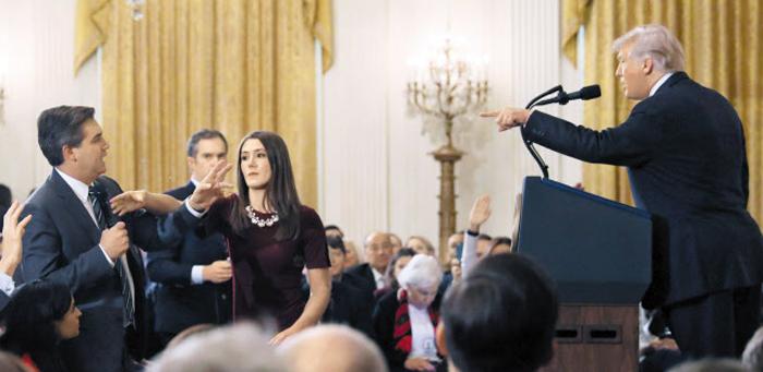 """""""마이크 내려놓고 그냥 앉아라""""  - 도널드 트럼프 미국 대통령이 7일(현지시각) 백악관에서 연 중간선거 평가 기자회견에서 짐 아코스타(맨 왼쪽) CNN 기자와 설전을 벌이다 """"그만 질문하라, 마이크 내려놓으라""""고 경고하자, 백악관 여성 인턴 직원이 아코스타 기자가 든 마이크를 잡으려 하고 있다. 아코스타는 이 인턴을 제지하려 팔을 잡았다는 이유로 백악관 출입 정지까지 당했다."""
