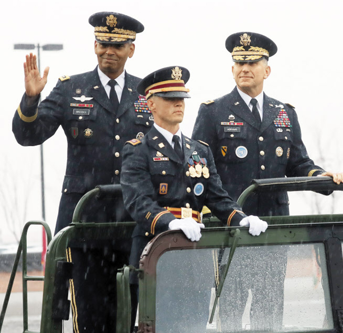 8일 오전 경기도 평택 캠프 험프리스에서 열린 한미연합사령관 이·취임식에서 전임 빈센트 브룩스(왼쪽) 대장과 신임 로버트 에이브럼스(오른쪽) 사령관이 의장대를 사열하고 있다.