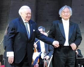8일(현지 시각) 백건우(오른쪽)가 연주를 마친 뒤 지휘자 앙트르몽과 함께 인사하고 있다.