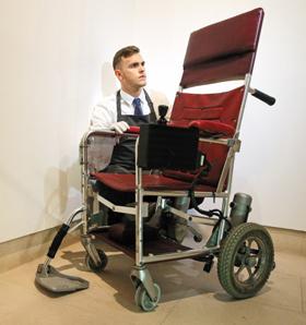 고(故) 스티븐 호킹 박사가 탔던 전동 휠체어를 경매 관계자가 살펴보고 있다.